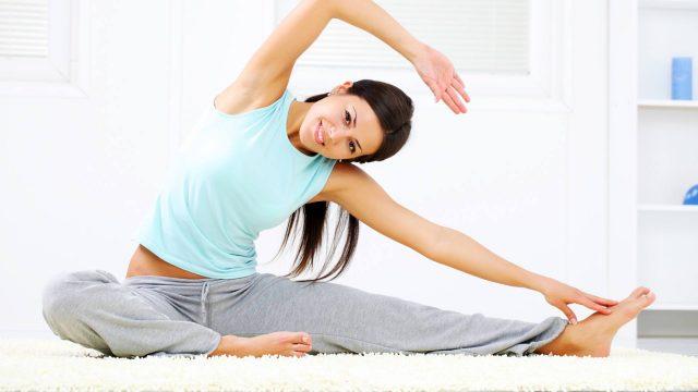 девушка делает упражнения дома